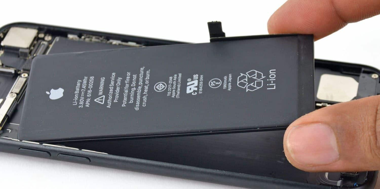 Wymieniałeś baterię w iPhonie? Apple może oddać Ci część pieniędzy!